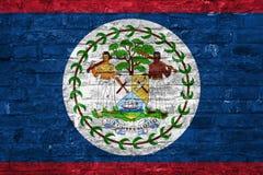 Drapeau de Belize au-dessus d'un vieux fond de mur de briques, surface images libres de droits