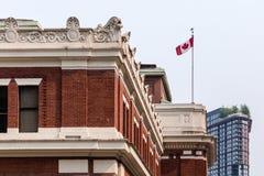 Drapeau de Canada au-dessus de station de bord de mer images libres de droits