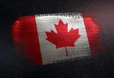 Drapeau de Canada fait de peinture métallique de brosse sur le mur foncé grunge illustration libre de droits