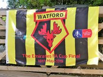 Drapeau de défenseurs de Watford Club de Football pour la finale de FA Cup d'émirats le 18 mai 2019 au Wembley Stadium image stock