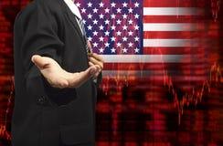 Drapeau de diagramme d'actions de tendance à la baisse des Etats-Unis avec la main vide d'affaires Photo stock
