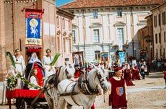 Drapeau de donner loin dans les Moyens Âges avec la princesse sur le défilé Photos stock