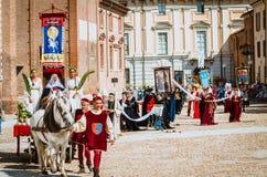 Drapeau de donner loin dans les Moyens Âges avec la princesse sur le défilé Photographie stock libre de droits