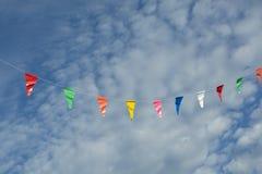 Drapeau de festival dans le ciel et les nuages blancs Photo libre de droits