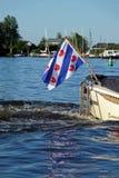 Drapeau de Frisian sur le bateau de sloop sur le lac près de Grou en Frise, Pays-Bas photo stock
