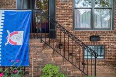 Drapeau de Kentlands devant les maisons américaines typiques image stock