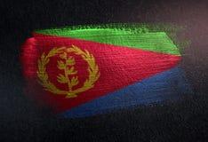Drapeau de l'Érythrée fait de peinture métallique de brosse sur le mur foncé grunge illustration libre de droits