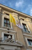 drapeau de l'état papal de Vatican avec le symbole des deux clés photographie stock libre de droits