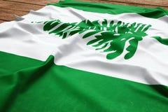 Drapeau de l'?le Norfolk sur un fond en bois de bureau Vue sup?rieure de drapeau en soie image stock