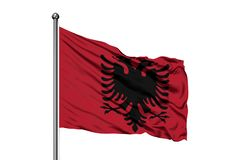 Drapeau de l'Albanie ondulant dans le vent, fond blanc d'isolement illustration de vecteur