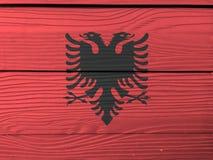 Drapeau de l'Albanie sur le fond en bois de mur Texture albanaise grunge de drapeau photo libre de droits