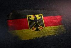 Drapeau de l'Allemagne fait de peinture métallique de brosse sur le mur foncé grunge illustration stock