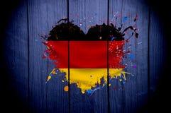 Drapeau de l'Allemagne sous forme de coeur sur un fond foncé Images stock