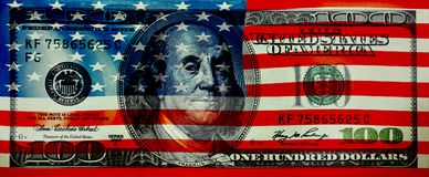Drapeau de l'Amérique sur le fond de 100 dollars Images libres de droits