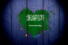 Drapeau de l'Arabie Saoudite sous forme de coeur sur un fond foncé Photos libres de droits