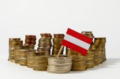 Drapeau de l'Autriche avec la pile de pièces de monnaie d'argent Images libres de droits