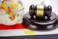 Drapeau de l'Egypte et marteau de juge avec la carte du monde de globe Cour de loi et de justice photos stock
