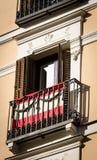 Drapeau de l'Espagne sur le balcon de fenêtre image libre de droits