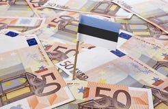 Drapeau de l'Estonie collant dans 50 euro billets de banque (série) Images stock