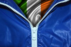 Drapeau de l'Irlande sous la tirette déballée photographie stock libre de droits