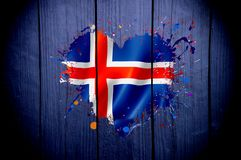 Drapeau de l'Islande sous forme de coeur sur un fond foncé photo stock