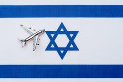 Drapeau de l'Israël et de l'avion Le concept du voyage Images stock