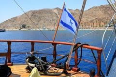 Drapeau de l'Israël outre de la côte de la Mer Rouge image stock