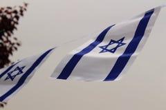 Drapeau de l'Israël soufflant dans le vent Photographie stock