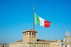 Drapeau de l'Italie au-dessus de la ville de Rome Photographie stock