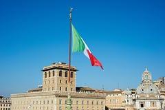 Drapeau de l'Italie au-dessus de la ville de Rome Photos stock
