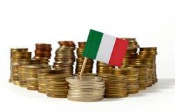 Drapeau de l'Italie avec la pile de pièces de monnaie d'argent Image stock