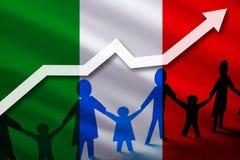Drapeau de l'Italie sur un fond d'une flèche croissante et des personnes avec des enfants tenant des mains Croissance démographiq photo libre de droits