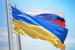 Drapeau de l'Ukraine et de la Russie image libre de droits