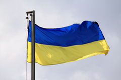 Drapeau de l'Ukraine ondulant sur le vent Photographie stock