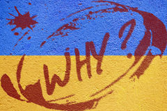 Drapeau de l'Ukraine peint sur le vieux mur en béton avec l'inscription d'ÉMEUTE Image stock