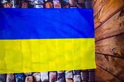 Drapeau de l'Ukraine sur le fond de mur en pierre - Jour de la Déclaration d'Indépendance images stock