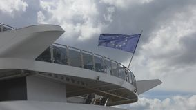 Drapeau de l'Union européenne sur un bateau banque de vidéos