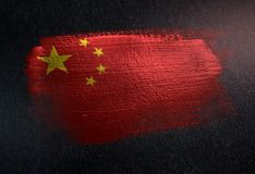 Drapeau de la Chine fait de peinture métallique de brosse sur le mur foncé grunge illustration libre de droits