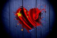 Drapeau de la Chine sous forme de coeur sur un fond foncé Images libres de droits
