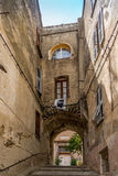 Drapeau de la Corse dans les strets de Corte Image libre de droits
