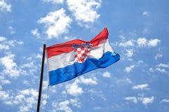 Drapeau de la Croatie ondulant dans les cieux nuageux Concept d'un ressortissant images stock