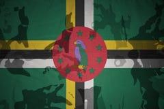 drapeau de la Dominique sur la texture kaki Concept militaire illustration libre de droits