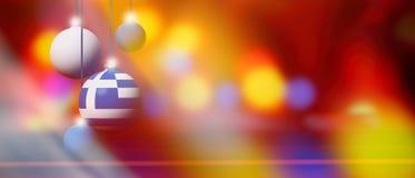 Drapeau de la Grèce sur la boule de Noël avec le fond brouillé et abstrait Images stock