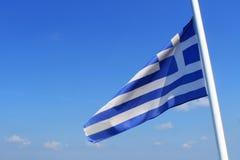 Drapeau de la Grèce sur le ciel bleu Photo libre de droits