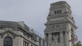 Drapeau de la Grande-Bretagne sur le toit du vieux bâtiment banque de vidéos