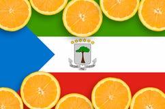 Drapeau de la Guinée équatoriale dans le cadre horizontal de tranches d'agrumes photo stock