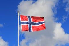 Drapeau de la Norvège contre le ciel d'été Images libres de droits