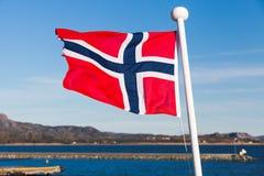 Drapeau de la Norvège ondulant au-dessus du ciel bleu Photo stock