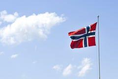 Drapeau de la Norvège, ondulant dans le vent sur un ciel bleu un jour ensoleillé Photos stock