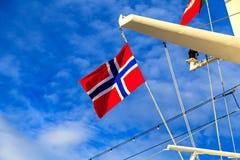 Drapeau de la Norvège sur le mât d'un revêtement de croisière Photos stock